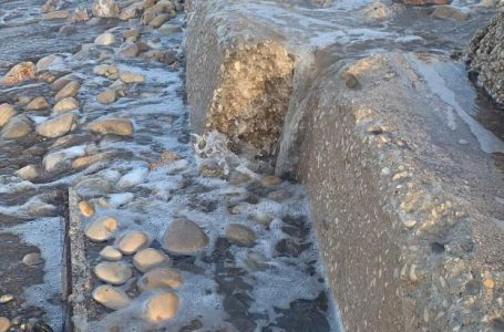 The residents of Les Deveses fear accidents due to the poor condition of the beach
