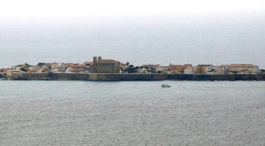 Police break up a late-night fight between tourists and Tabarca residents