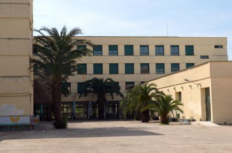 A high school in Alzira asks its teachers not to send group work out of the classroom