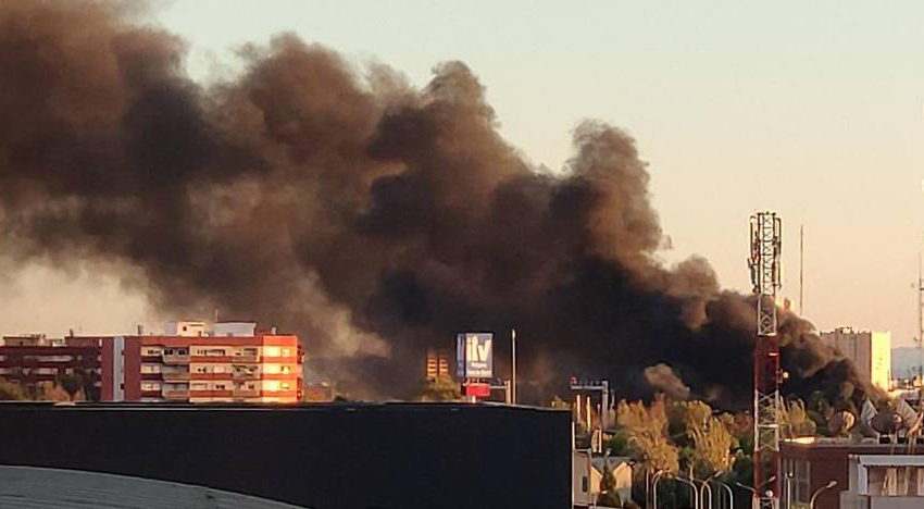 Fire in Valencia : Spectacular fire in the EMT's garages in Valencia