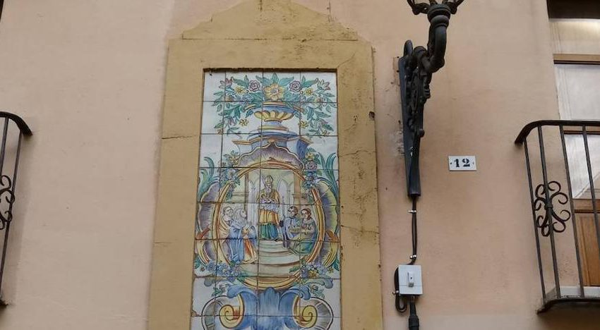 The fallen ceramic altarpiece in Ciutat Vella is the property of the Town Hall